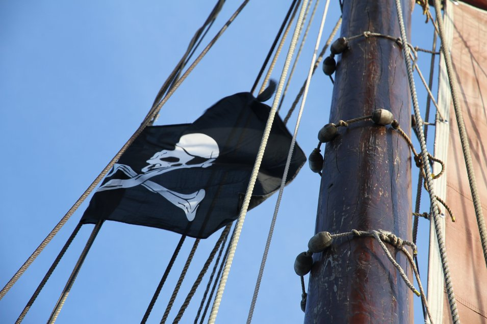 Wehende Piratenflagge am Mast